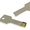 Pendrive de metal con forma de llave en color plata